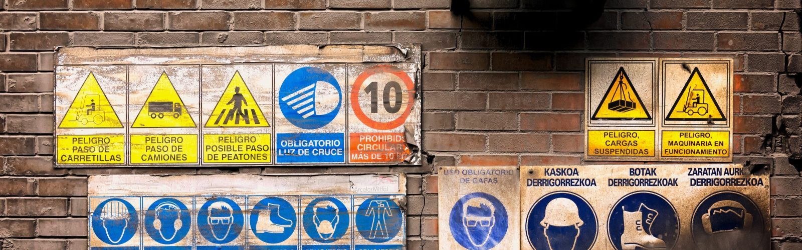 Schilder an der Wand